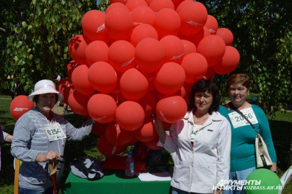 Шары «АиФа» привлекали внимание гостей, наверное, не меньше, чем ростовые куклы и мимы парка. Всегда находились желающие сфотографироваться с такой кучей шариков.