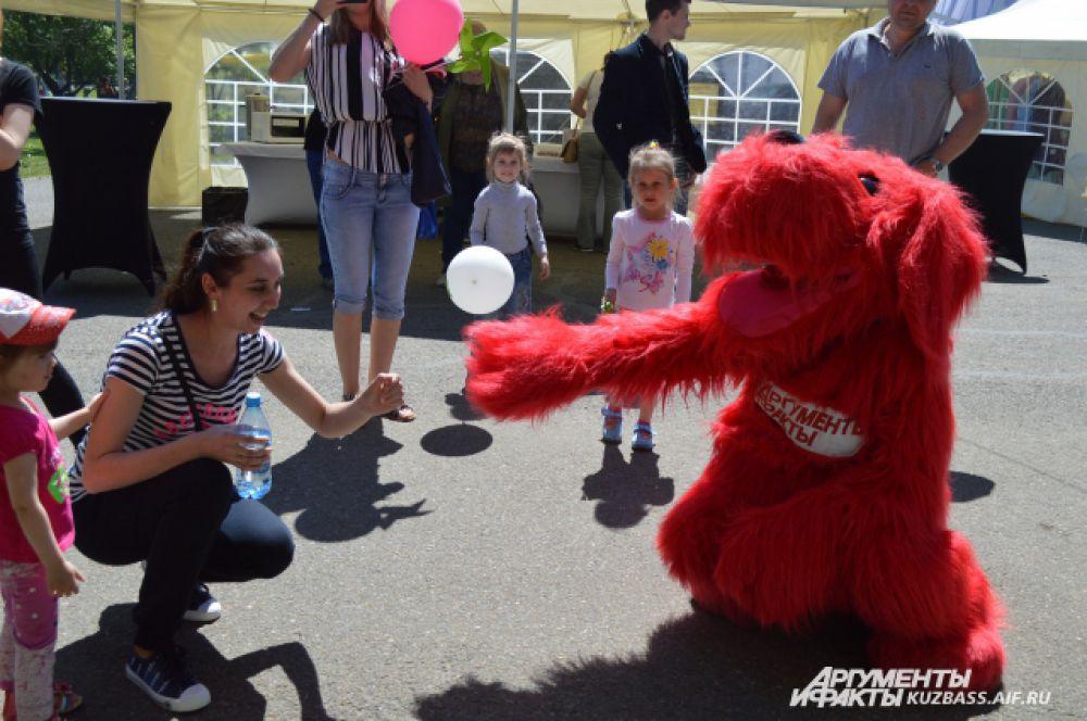 «АиФ-Кузбасс» тоже поучаствовал в марафоне и с помощью фирменной ростовой куклы Аифки радовал малышей вместе с их родителями.