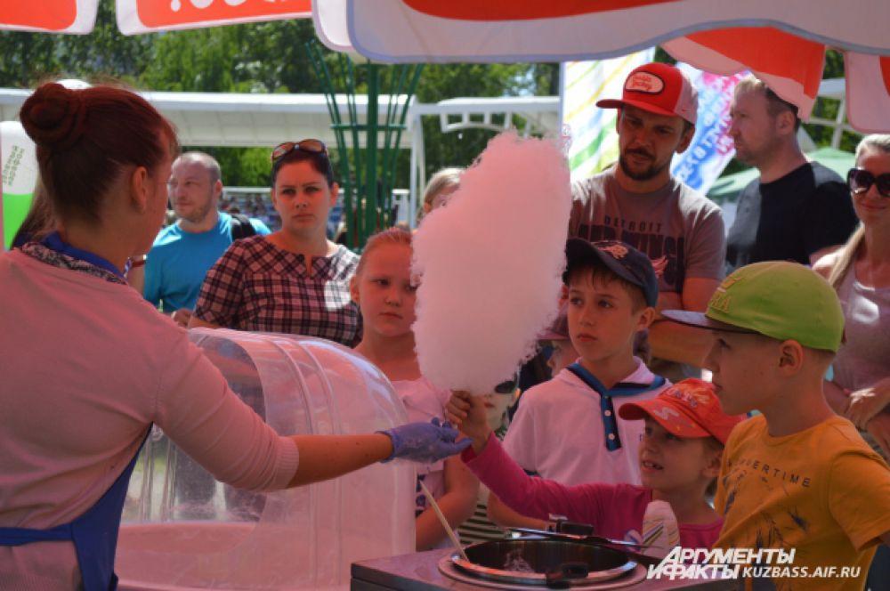 Не обошлось и без сахарной ваты и любимого ребятишками мороженого – куда без этого в ясный июньский день?