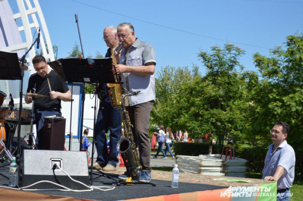 На протяжении всего мероприятия все пришедшие в парк Жукова слушали песни местных исполнителей и смотрели красочные танцы различных коллективов.