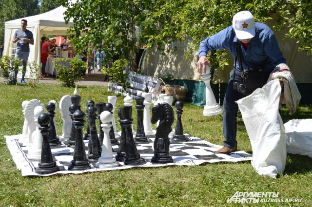 Посоревноваться в уме и сообразительности вот такими огромными шахматными фигурами.