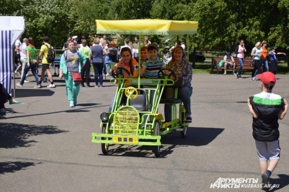 Для любителей ветерка и скорости работали вот такие забавные велосипеды (или целые повозки?) на прокат. Правда, не за бесплатно.