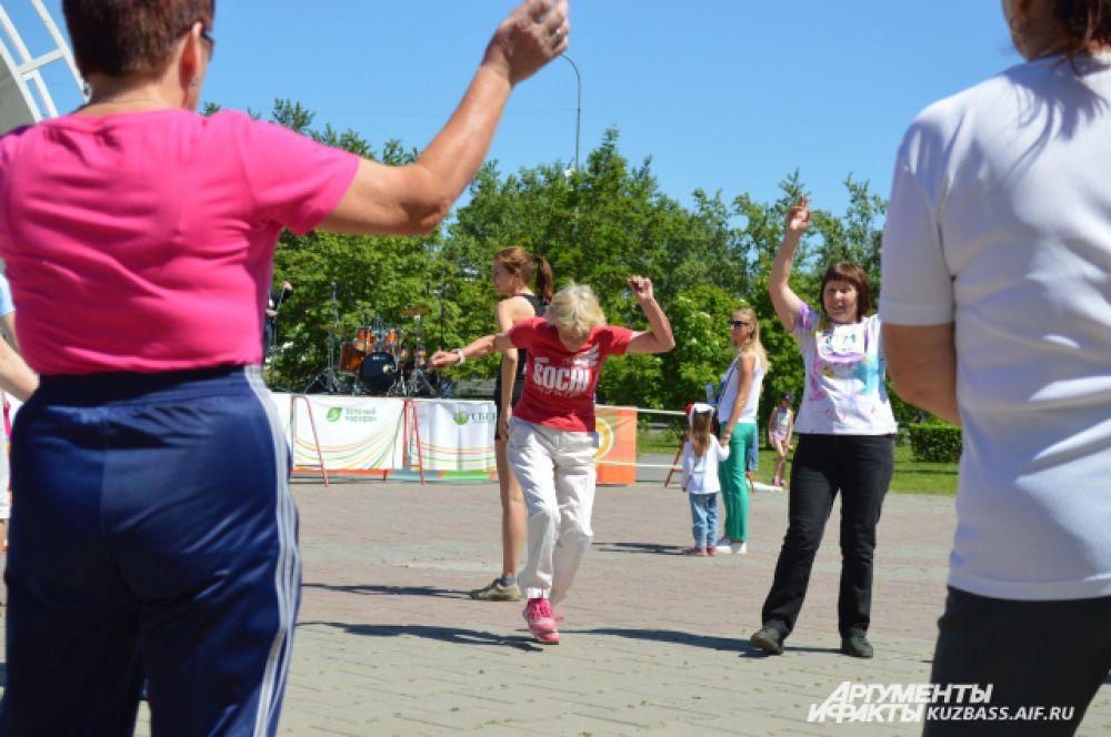 А кто-то не стеснялся развлекаться и танцевать перед главной сценой после непростого марафона.