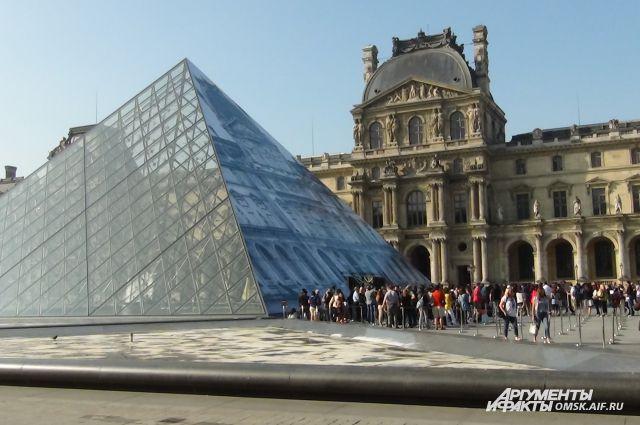 Ежедневно в Париж приезжают тысячи туристов.