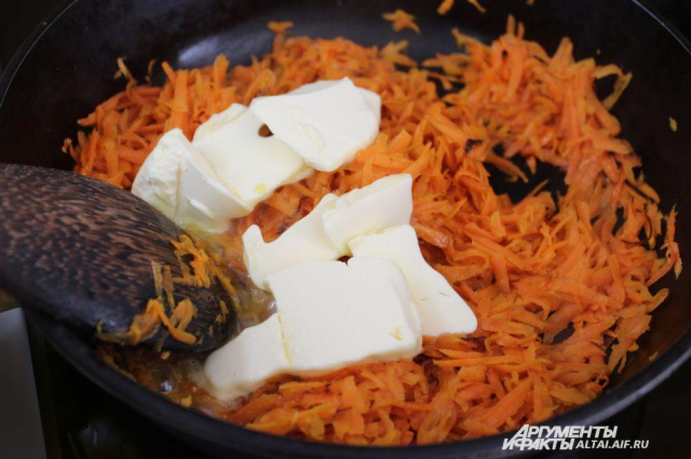В морковь добавляем сливочное масло.