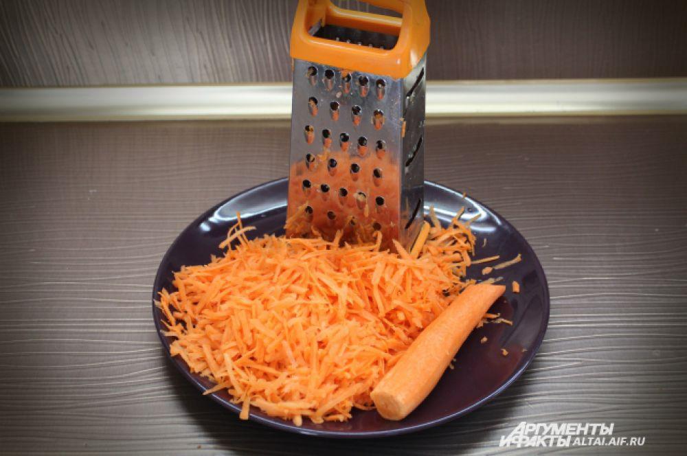 Морковь чистим, трем на крупной терке.