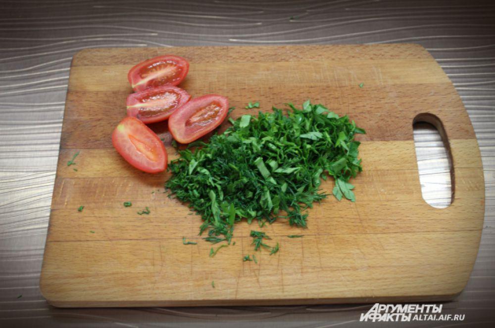 Мелко режем зелень и помидоры.