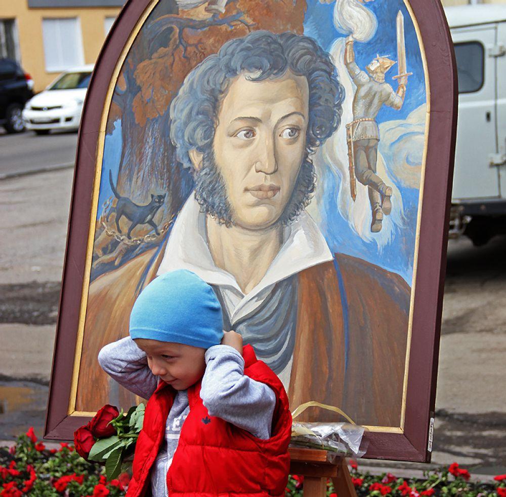 На фоне Пушкина...