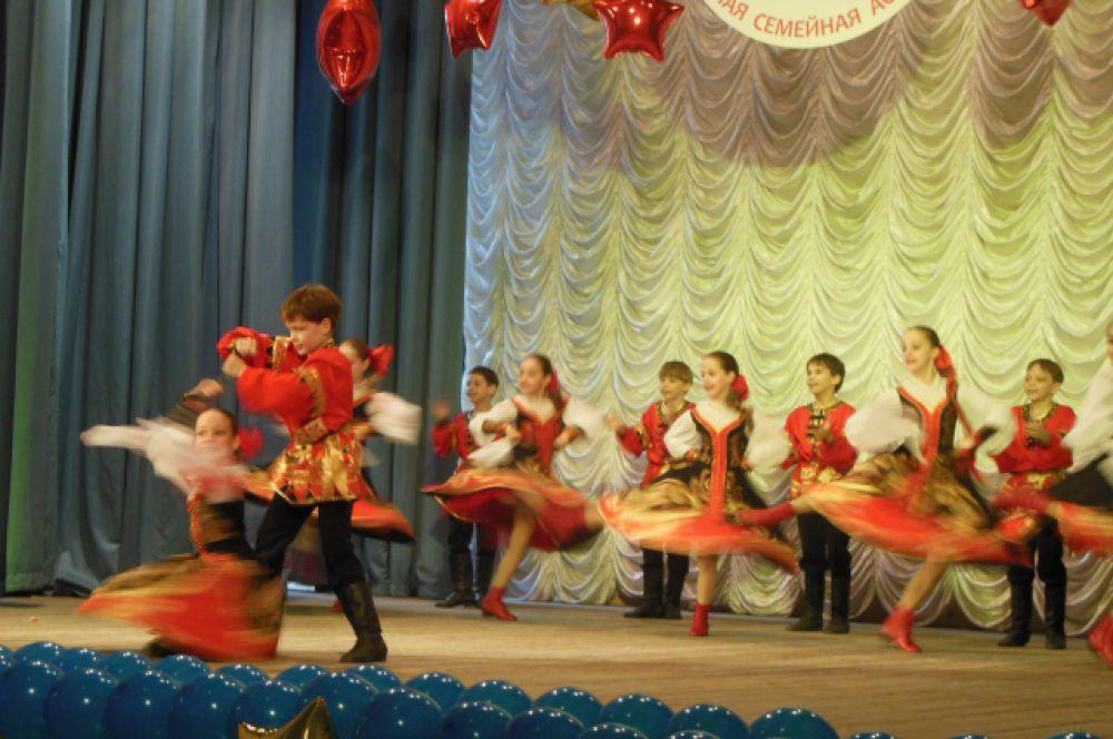 Также выступали и творческие коллективы Дворца творчества детей и молодежи, очаровывая зрителей своими красочными костюмами.