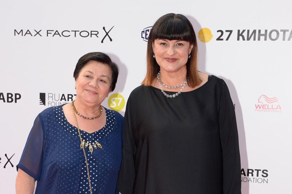 Программный директор фестиваля «Кинотавр» Ситора Алиева (справа) с матерью.