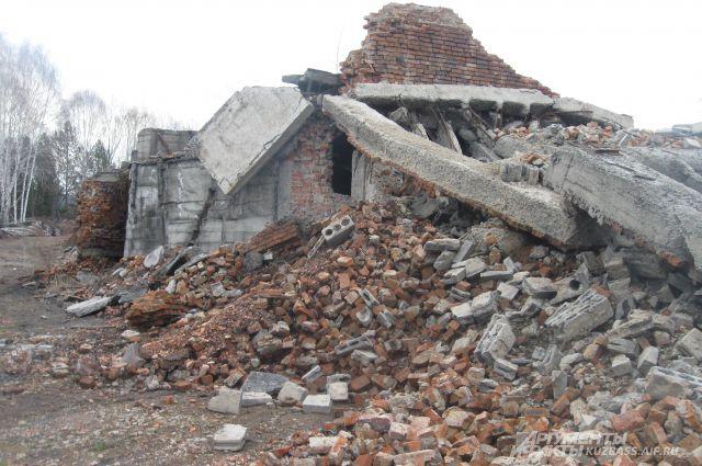 Это одна из заброшенных шахт. Сверху - руины, снизу - километры затопленных тоннелей.