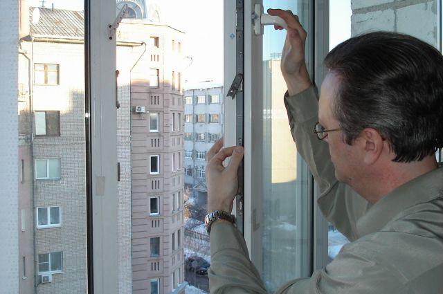 Слабое место у пластикового окна - фурнитура.