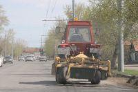 Рабочие приводят дороги в порядок.
