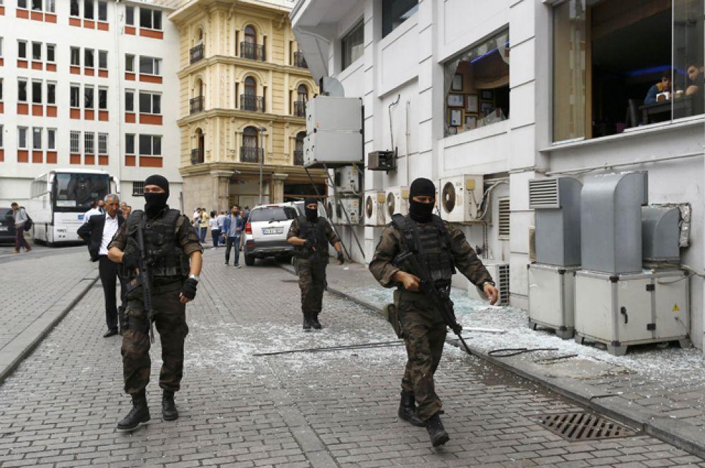 На место происшествия прибыли также работники спецназа.