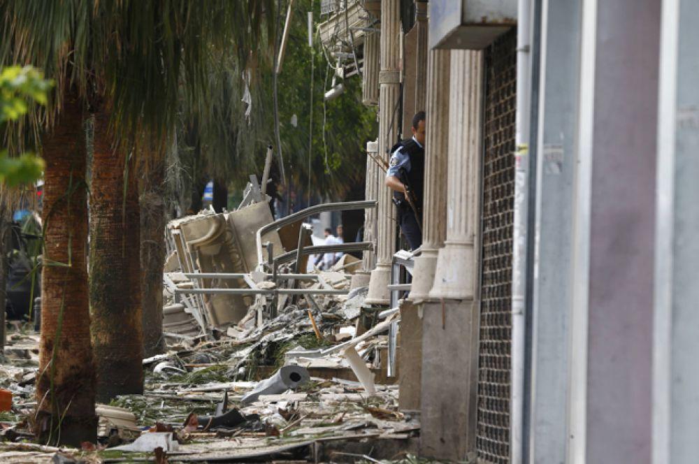Полицейские осматривают место происшествия.