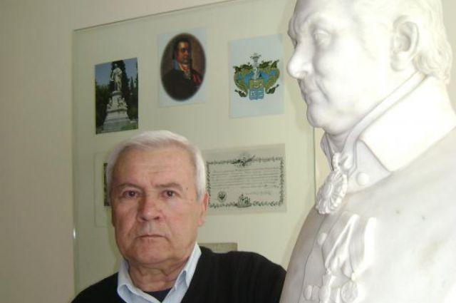 Владимир Иванович Комнино-Варваци рядом с бюстом своего четырежды прадеда Ивана Андреевича Варваци.