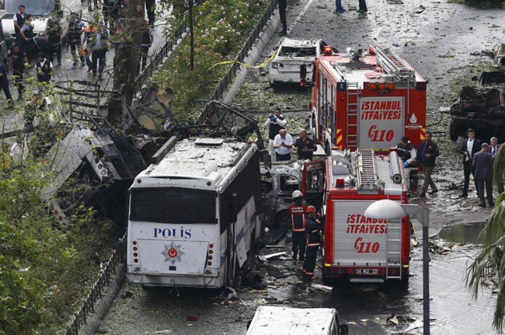 Взрыв прогремел в час пик в районе Беязыт рядом с остановкой Везнеджилер.