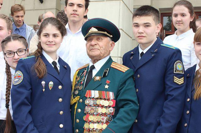 Ветеран ВОВ Дмитрий Бакуров встретил ребят, которые вернулись из поездки.