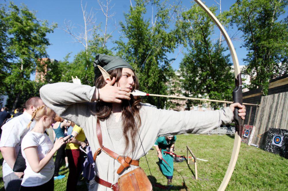 Эльфы тренировались поражать мишени и вербовали сторонников уходить в леса.