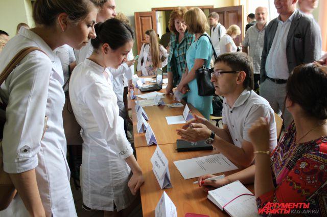Игорь Банников рассказывает выпускникам-медикам об условиях работы.