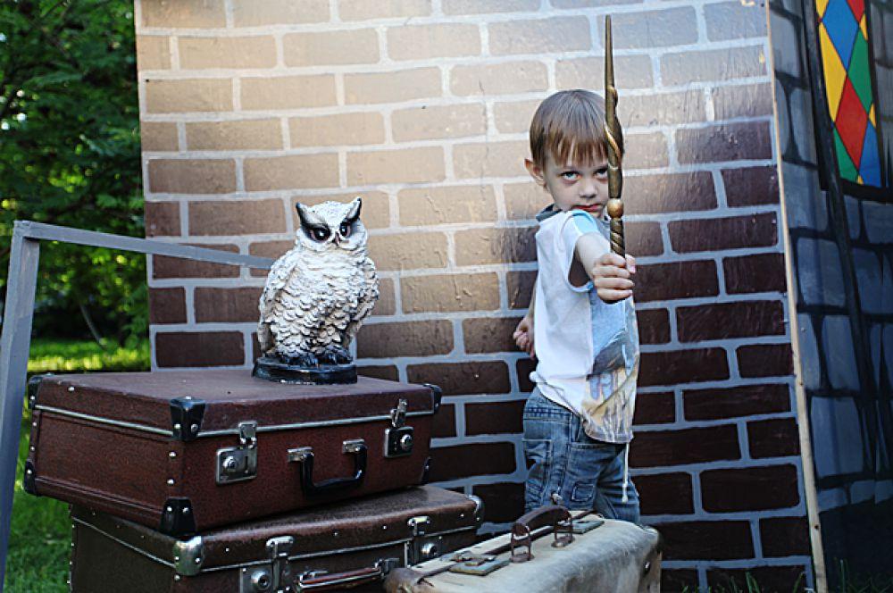 В новосибирском филиале вселенной Гарри Поттера кипела жизнь. На забитом до отказа перроне толпилась самая разношерстная публика. Сюда заглядывали даже вампиры. Но, в основном, заходили, все же, по делу. – Шляпу надень сначала иначе никакого Хогвартса тебе – строго объясняла сыну мама.  – Шляпы надевают уже в Хогвартсе! – насупился ребенок, вероятно лучше знакомый с традициями учебного заведения.