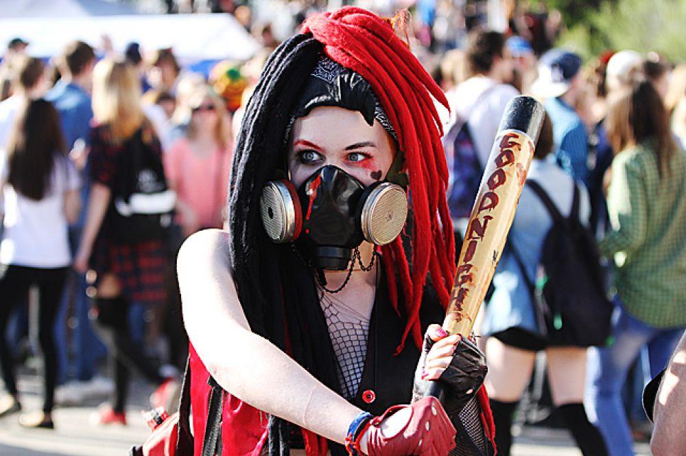 Часто, в руках молодых девушек мелькали бейсбольные биты, став их излюбленным оружием на этом фестивале.