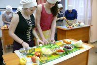 Вопреки расхожему мнению о том, что «детдомские ничего не умеют», девочки знают, как вкусно накормить свою будущую семью.