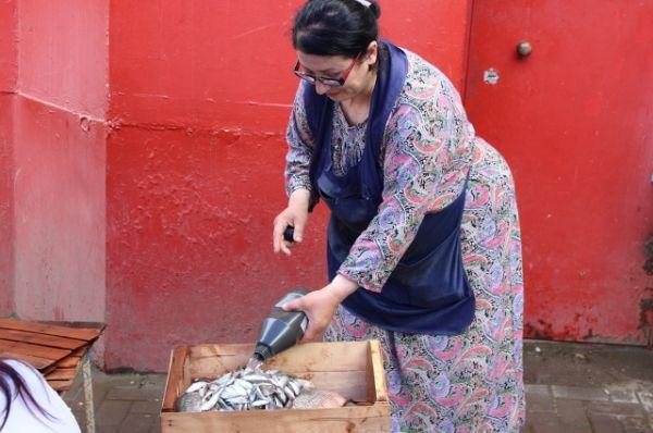Около Нахичеванского рынка торговка реализовывала 8 кг карася, сельди и себели.