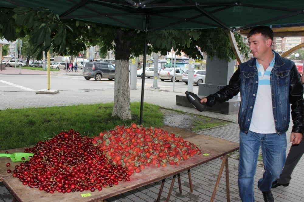 На пересечении проспекта Ворошиловского с улицей Красноармейской недобросовестные предприниматели выставили на продажу более 20 кг клубники и черешни.