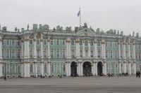 Над возведением Зимнего дворца трудились более 4000 каменщиков, штукатуров, мраморщиков, живописцев и паркетчиков.