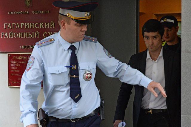Сын вице-президента «Лукойла» Руслан Шамсуаров, обвиняемый в неповиновении распоряжению сотрудников полиции, у здания Гагаринского суда Москвы.