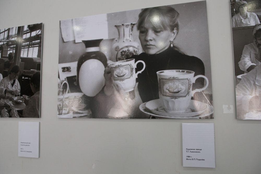 Мастера фарфора запечатлены на чёрно-белых фотографиях.