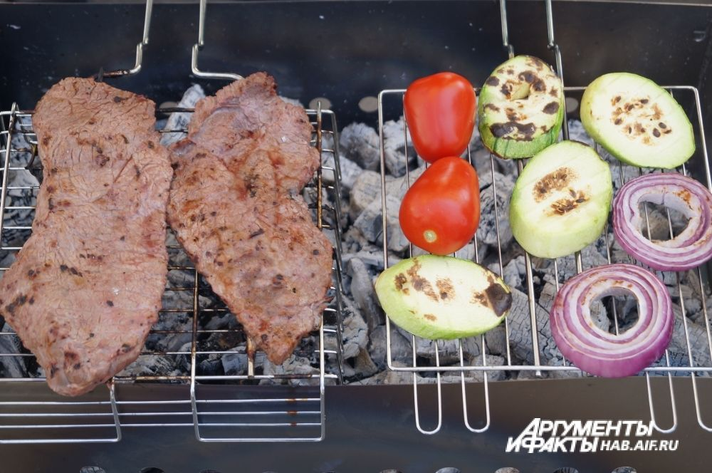 Глядя, как аппетитно жарится мясо, у зрителей текли слюнки.