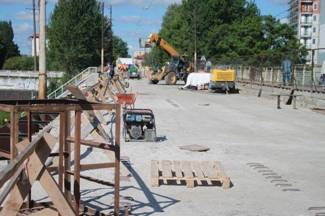 Ремонт моста на улице Суворова идет с отставанием на три недели.