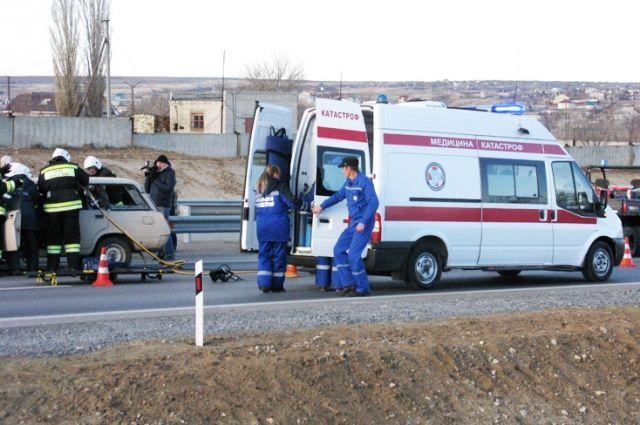 Врачи центра медицины катастроф работают в очаге ЧС.