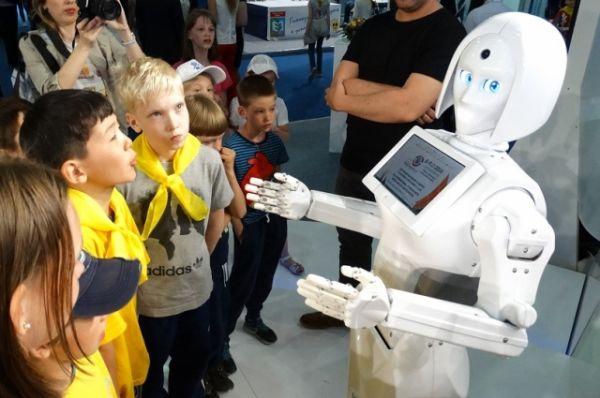 Знакомство с женщиной-роботом, которая приветствует посетителей.