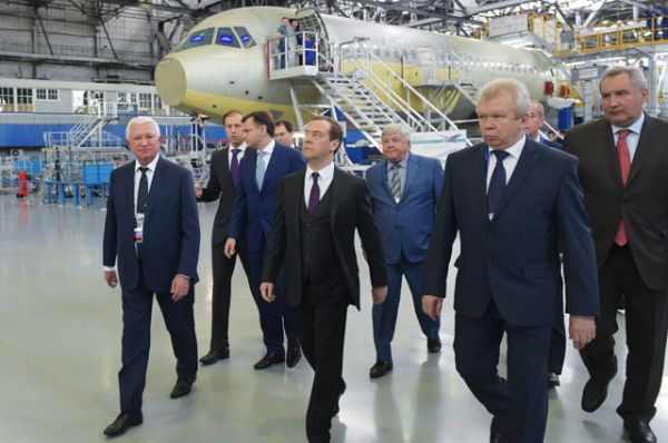 Председатель правительства РФ Дмитрий Медведев во время посещения Иркутского авиационного завода корпорации «Иркут».