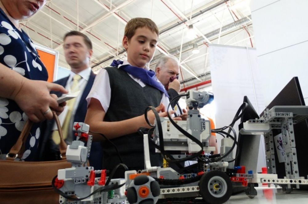 Больше всего юных изобретателей привлекает робототехника.