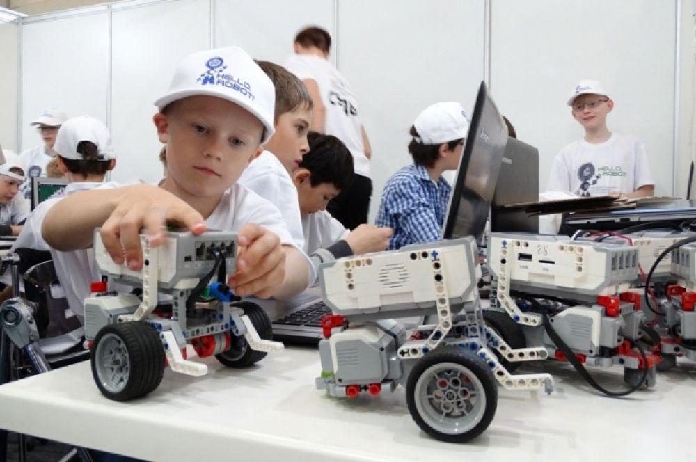 """Ребята, занимающиеся в """"Кванториуме"""", собирают роботов."""