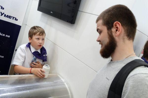 Взрослые посетители не стесняются брать консультации у юных учёных.