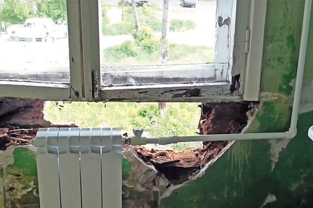 Рабочие бросили жильцов один на один с аварийным домом.