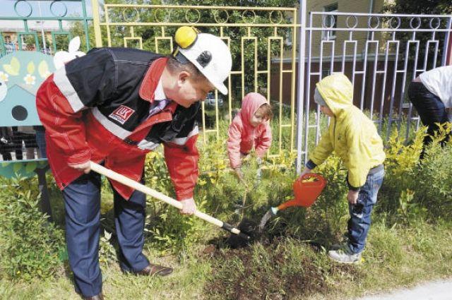 Александр Рябенький помогал детям высаживать деревья на территории сада. Новую аллею посвятили 25-летию компании.