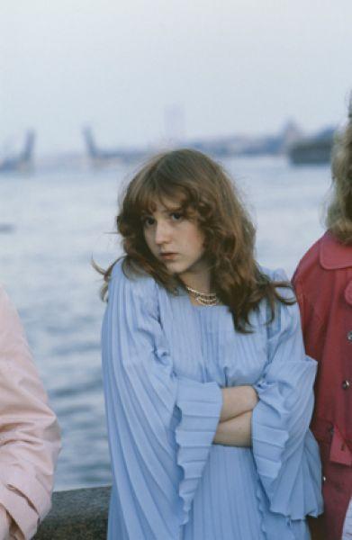 Выпускница средней школы после выпускного бала на берегу Невы, Санкт-Петербург, 1980 год.