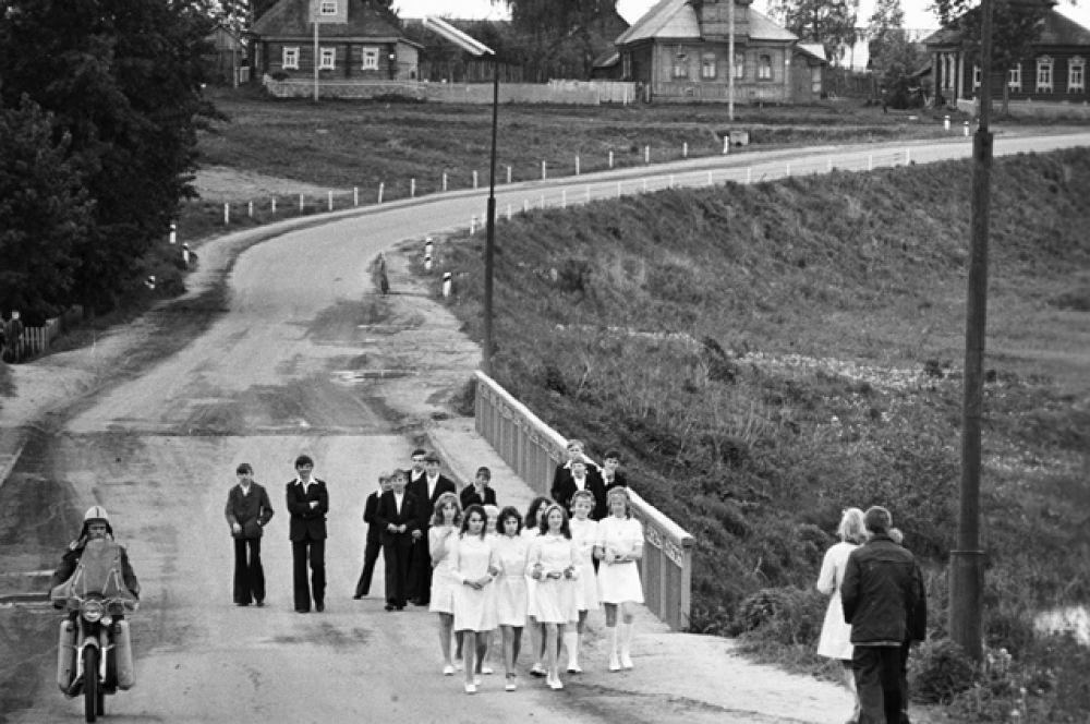 Выпускники средней школы гуляют после выпускного бала, Ярославская область, 1976 год.