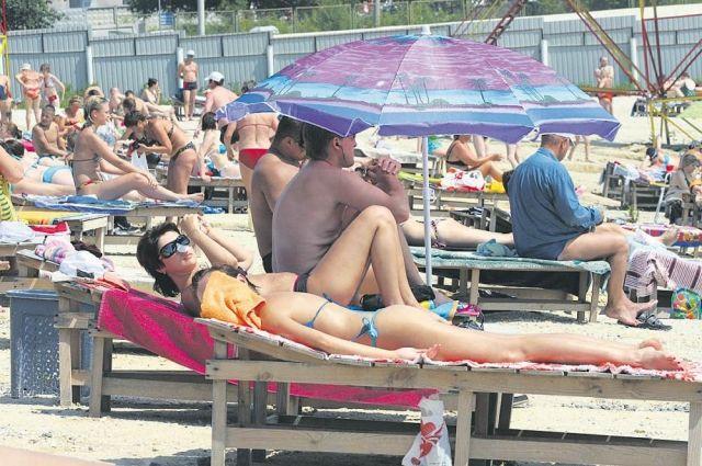 Пляж на озере Смолино в выходные дни не отличить от сочинского.