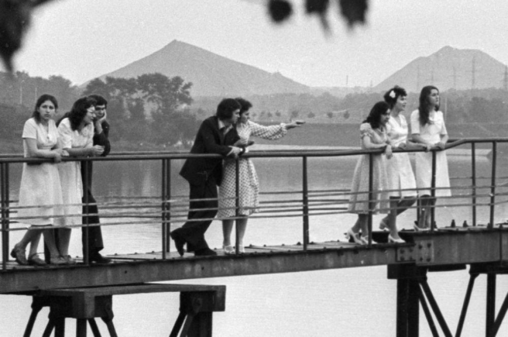 Выпускники Донецкой школы встречают рассвет на набережной Дона, 1976 год.