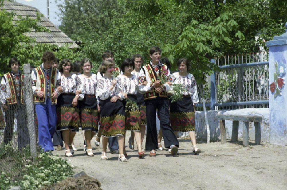 Выпускники средней школы села Цыбулевка Дубосарского района Молдавской ССР, 1980 год.