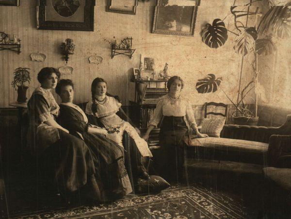 Симферопольская семья с девушками-гимназистками. Начало ХХ века.