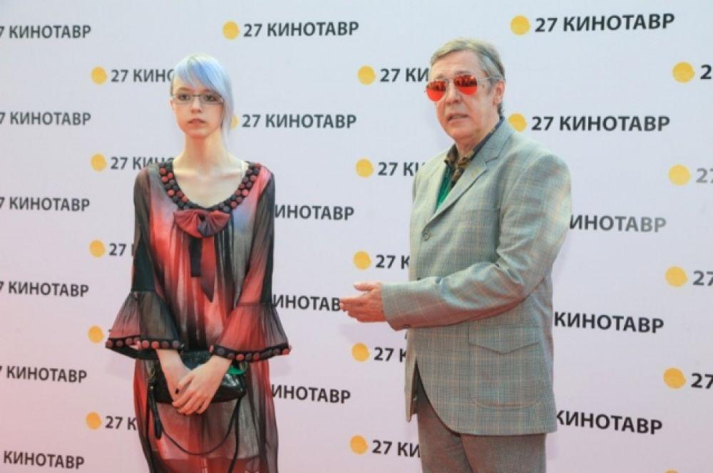 Михаила Ефремова сопровождала дочь Анна-Мария в весьма экстравагантном образе.