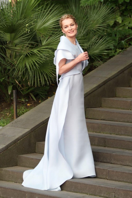 Самое романтичное платье открытия - у Виктории Толстогановой.